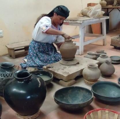 Con creaciones en barro negro, mujeres apoyan a otras en Oaxaca